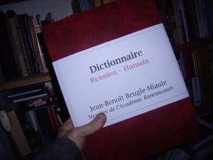 Le professeur Beugle-Miaule avec son dernier ouvrage.